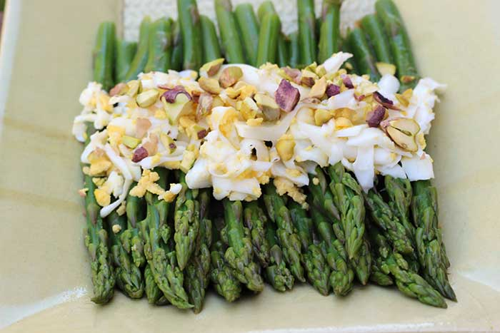 Asparagus with Shredded Egg and Pistachios | diabeticfoodie.com