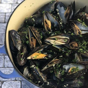 Mussels in White Wine Sauce (Moules Marinière)